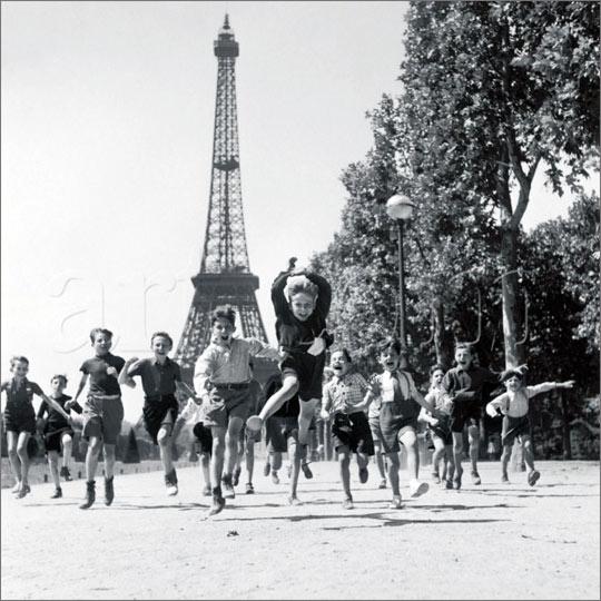 robert-doisneau-photo-enfant-les-jardins-du-champ-de-mars-1944 (1)