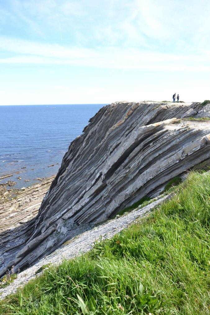 3072px-Abbadia_-_Corniche_basque_Strates_géologiques_formant_de_hautes_falaises_de_flysch